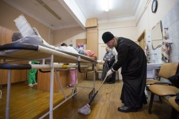mitropolitul-marc-arhiepiscop-de-ryazan-spala-saloane-spital-curatenie-2-590x394